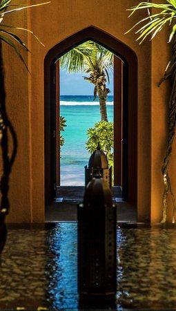 La Palmeraie Hotel: Dies ist ein Blick durch einen Innenhof mit einem Brunnen zum Strand auf der Ostseite