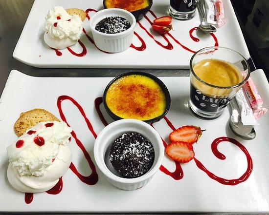 Monflanquin, Frankrike: café gourmand, crème brulée, fondant au chocolat, pavalova, biscuit amande