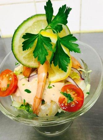 Monflanquin, França: Coupe de salade de crevettes sauce cocktail, tomates, citron, un vrai régal