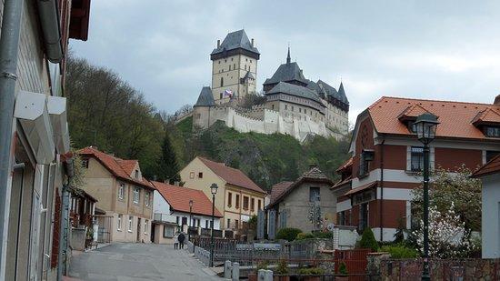 Karlstejn, Czech Republic: קרלשטיין והארמון במרחק