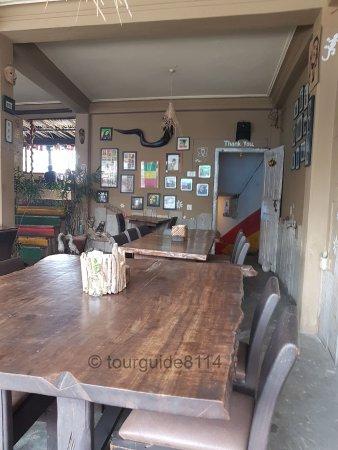 Buzz Reggae Bar: Innenraum mit grossartigem Holztisch