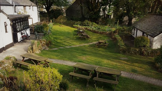 The Crown Inn: Beautifully maintained garden.