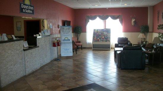 Days Inn & Suites by Wyndham Mt Pleasant: FRONT LOBBY