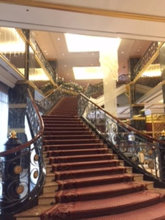 Lotte Hotel Moscow: Lobby area staircase
