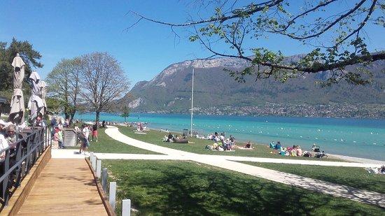 Sevrier, Frankrijk: Vue sur le Lac depuis la terrasse du restaurant
