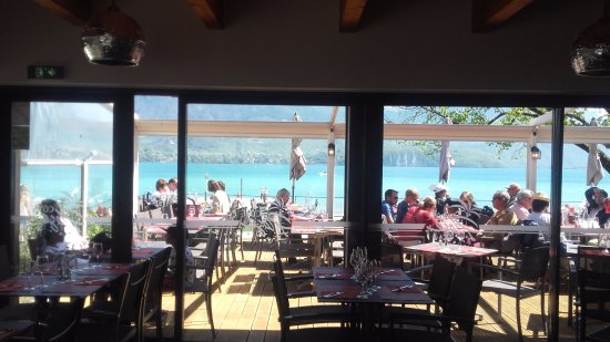 Sevrier, Frankrijk: Vue sur le Lac depuis l'intérieur du restaurant