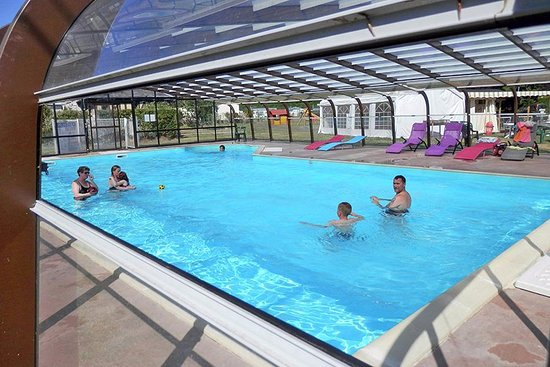 Piscine baln o chauff e et couverte picture of camping for Camping dordogne piscine couverte