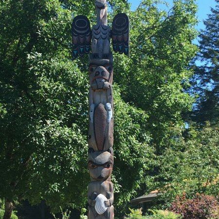 Butchart Gardens: Totem Poll in the Midst of the Garden