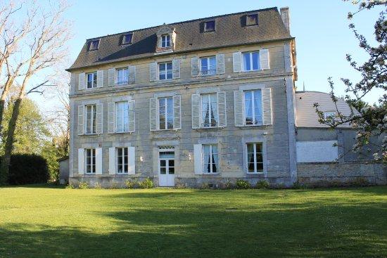 Saint-Martin-des-Entrees, Francia: vue arrière du château