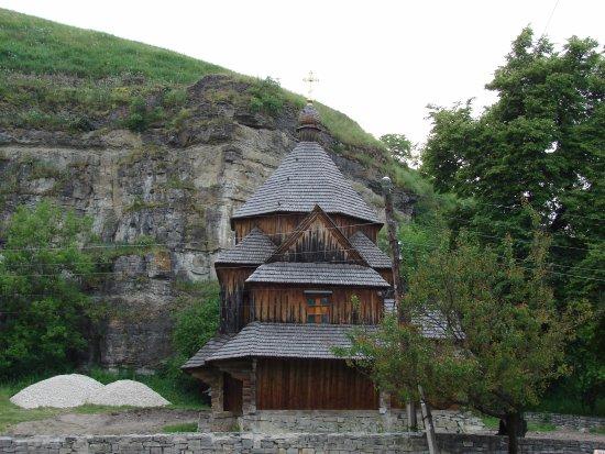 Kamianets-Podilskyi, Ucrania: Деревяная церковь у подножья крепости