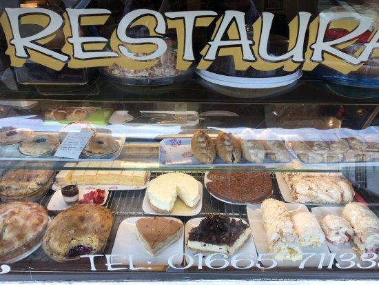 Warkworth, UK: Außenansicht - köstliche Kuchen...
