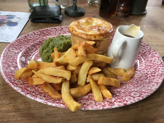 Malpas, UK: Steak and kidney pie with gravy, chips and minted mushy peas