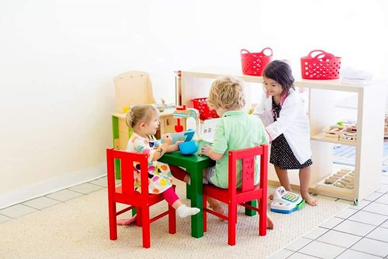 Georgetown, Кентукки: Playing with the play kitchen