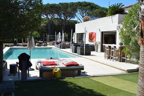 Cogolin, Francia: Il y a des transats tout autour de la piscine avec le choix d'être au soleil ou à l'ombre.