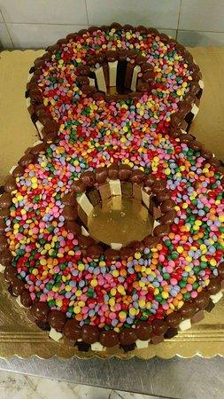 Torta A Forma Di 8 Con Smarties E Kitkat Foto Di Coco Lido Di