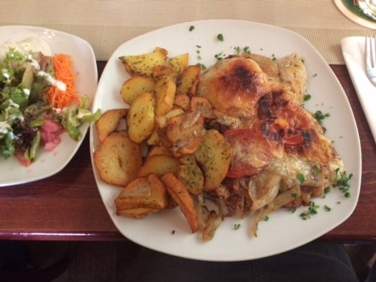 Ruesselsheim, Niemcy: Klaane Hassliche Pork Escalope with Sauté Potatoes and Salad