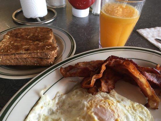 Ист Элмхерст, Нью-Йорк: Eggs (over medium), bacon, and multigrain toast