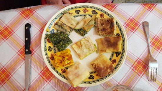 Pigna, إيطاليا: Antipasto tipico locale formato da nove tipi diversi di tortini variamente farciti