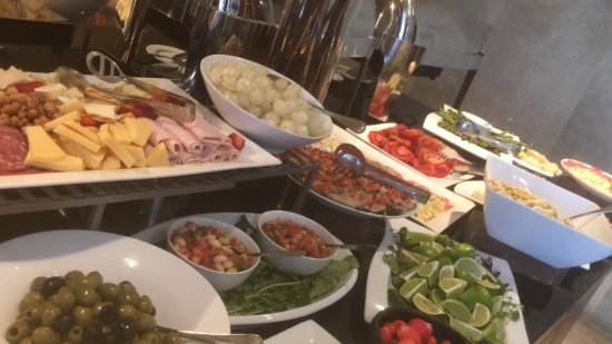 Hilton Garden Inn Santiago Airport: Great hotel, friendly and helpful staff, and amazing salad buffet. Would definitely stay again!