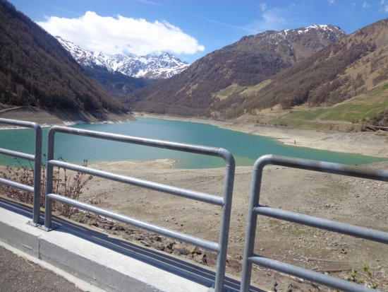 Hotel Vernagt Am See: Start des Wanderwegs um den See
