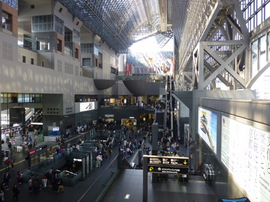 Hotel Granvia Kyoto: View from hotel down into railway concourse