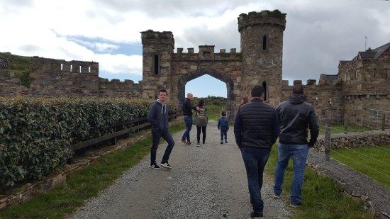 Clifden, Irlandia: Début de la ballade, il faut passer par là pour accéder au chemin.
