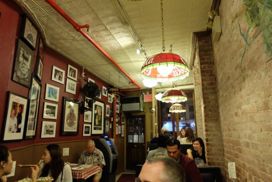 Int rieur picture of lombardi 39 s pizza new york city for Interieur new york