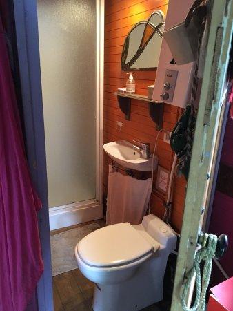La salle de bain de la roulotte rose mauve picture of dormir en roulotte chaponost tripadvisor - Accessoire de salle de bain rose mauve ...