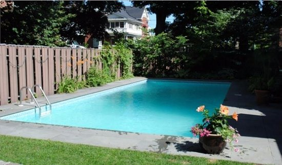 Brockville, Canada: Our oversized in ground heated pool but still it is a seasonal thing