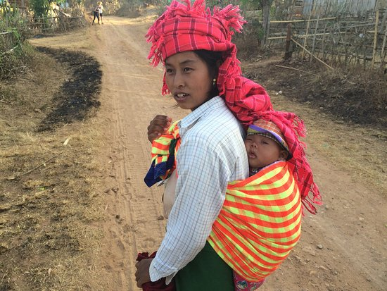 Kalaw, Мьянма: In a village on the road