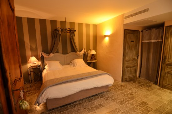 Tour-de-Faure, Frankreich: Amplia habitación muy bien decorada y con un cuarto de baño tambien muy bien cuidado