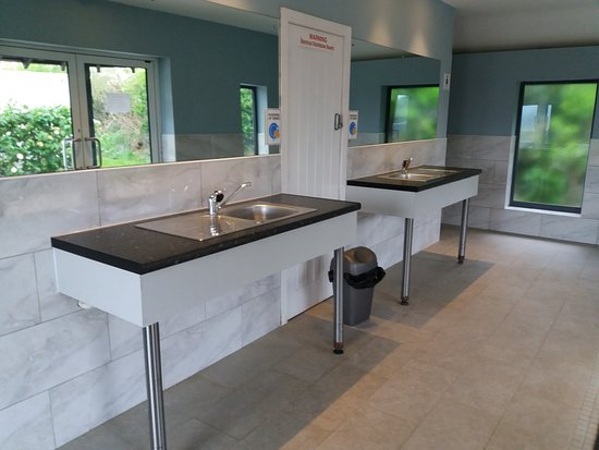 Lingfield, UK: Washing up sinks in the new block