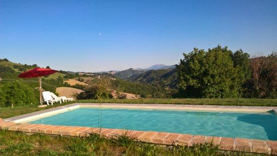 Frontino, Italia: PIscina e vista sulle colline limitrofe