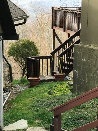 Banner Elk, Carolina del Norte: Yellow tape still on the balcony entrance going up to restaurant