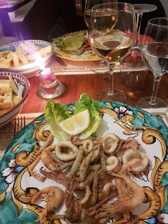 Atrani, Italia: Frittura del golfo e abbondante porzione di patatine fritte