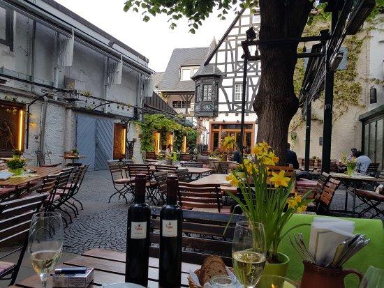 Breuer's Ruedesheimer Schloss: Rund um das Breuers! Parkplatz, Zimmer und die Drosselgasse