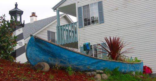 Hillcrest Inn: Canoe landscaping!