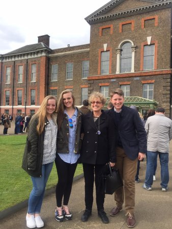 Londonna Tour Guide: Outside Kensington Palace with Donna