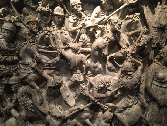Museo Nazionale Romano - Palazzo Massimo alle Terme : Amazing carving on a marble sarcophagus.