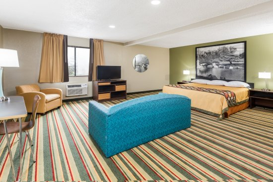 Bloomington, إلينوي: 1 King Bed Suite