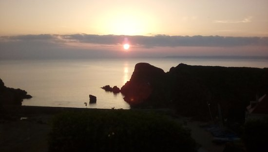Hope Cove, UK: View from hotel dining room beautiful sunset every evening