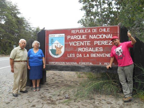 Parque Nacional Vicente Perez Rosales: con mis viejos en el ingreso al parque