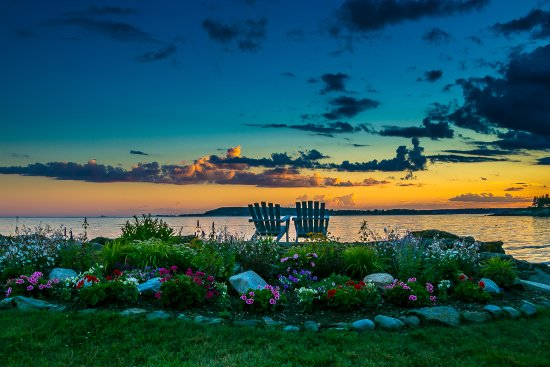 Ocean Point Inn and Resort: Pull up a chair and enjoy the Ocean Point sunsets!