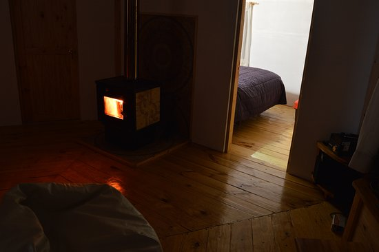 Cochamo, Chile: Central room and  fire place