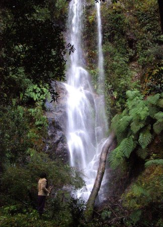Cochamo, شيلي: Waterfall in La Frontera Lodge
