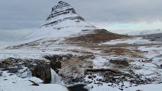 Grundarfjorour, IJsland: wodospad Kirkjufellsfoss na tle góry Kirkjufell