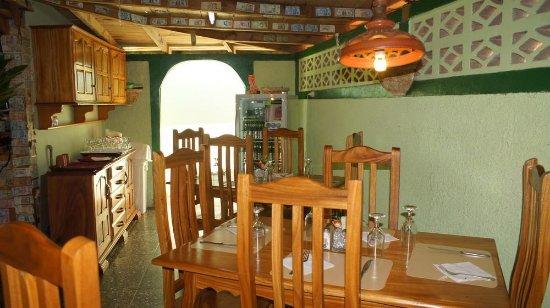 Santa Cruz del Norte, คิวบา: Nuevas mesas y sillas.