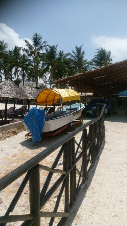 Jangwani Seabreeze Resort: Beach scene