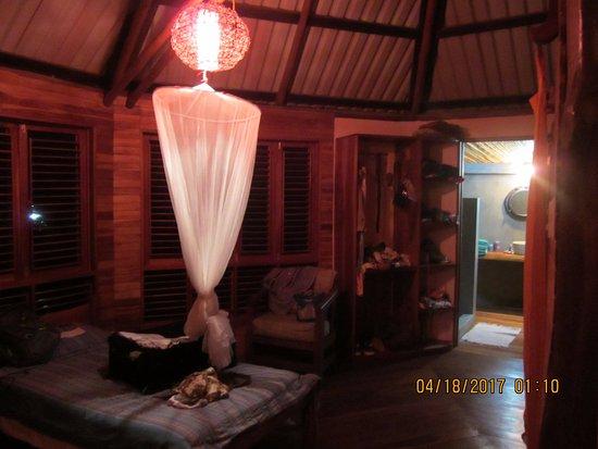 Cabuya, Kostaryka: Upstairs bedroom looking into bathroom