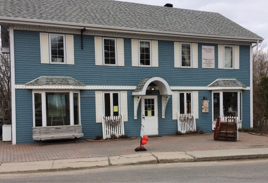 Hudson, Canada: A's - Secondemain Antique Gift Shop